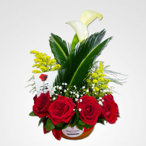 arreglo enamorados cartuchos y rosas rojas floreria bogota